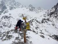 auf dem ersten Pass, unterhalb am Talschluss unsere Schneehöhle