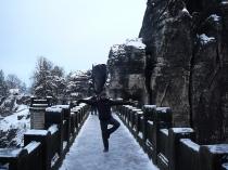 der eingesprungene doppelte Rittberger von Björn auf der vereisten Basteibrücke